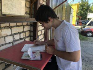 Александр Зыков оформляет передачу сокамерникам в спецприемник