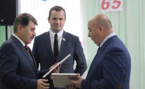 Сергей Деменков и Дмитрий Грибков награждают Ивана Матвеева