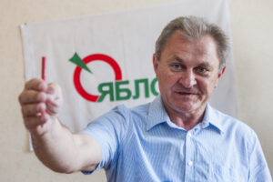 Александр Степанович Лазутин Яблоко