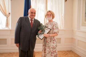Сергей Ситников вручает диплом
