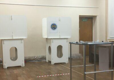 Избирательный участок в Костроме на выборах президента Молдовы 2020