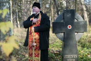 Протоиерей Дмитрий Сазонов у могилы Александра Самарина