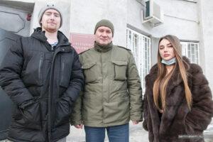 Дмитрий Яичкин Олег Партнов и Арина Колесова на ступенях суда в Костроме