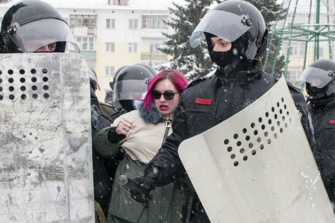 Наталью Смирнову задерживают на акции в Костроме 31 01 2021