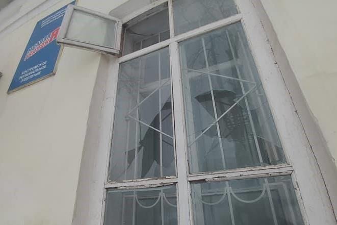 Разбили стекла в офисе Единой России в Костроме 2021