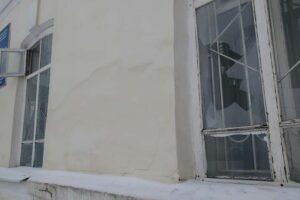 Разбитые стекла в офисе Единой России в Костроме 2021