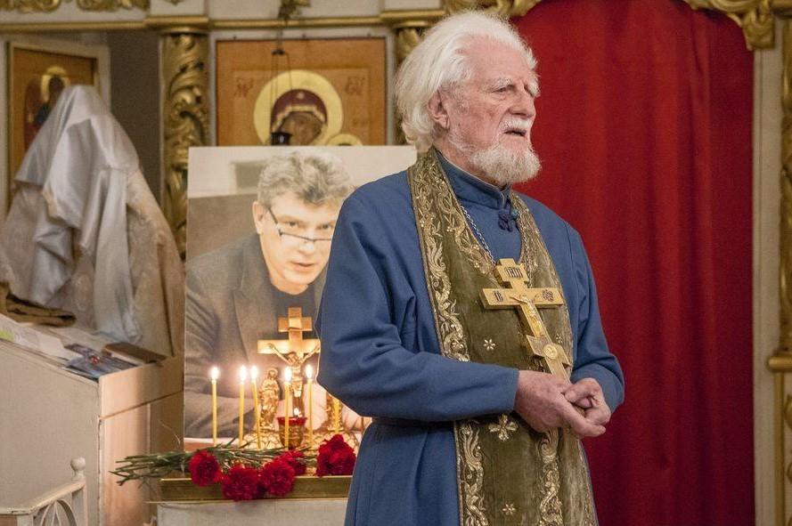 Протоиерей Георгий Эдельштейн служит панихиду по Борису Немцову в Карабаново по Костромой 27 февраля 2021