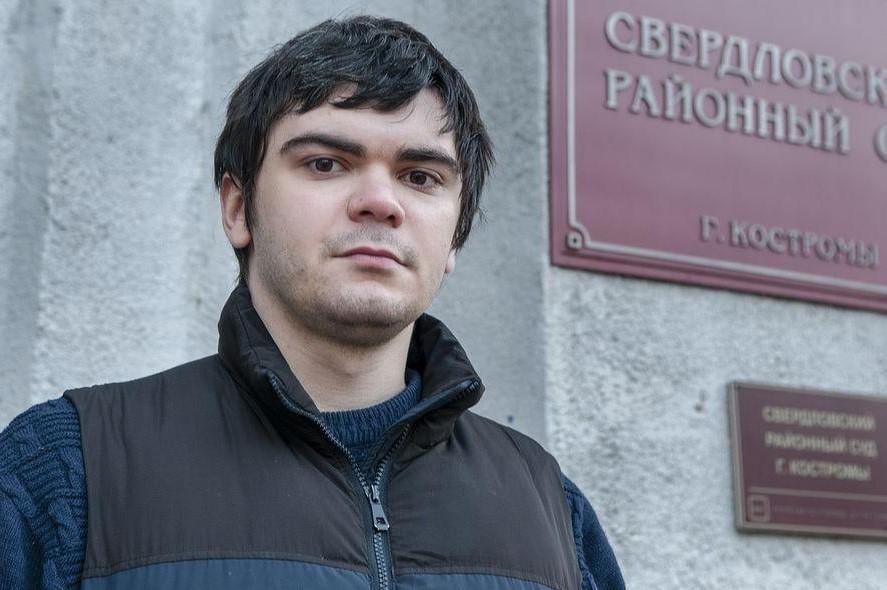 Александр Зыков у суда в Костроме
