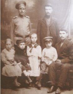 Василий Ксенофонтович Зотов (сидит) с семьей