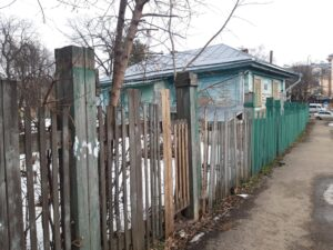 Забор для ремонта у дома Корзинкина в Костроме