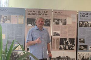 Евгений Флейман выступает в Костромском кадетском корпусе на открытии выставки об Андрее Сахарове 2021