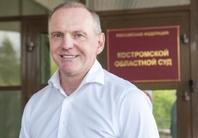 Михаил Долматов на входе в Костромской областной суд