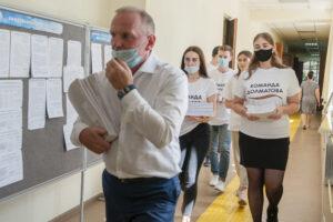 Михаил Долматов сдает подписи